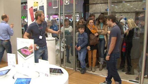 Отстоявшие очередь покупатели по сигналу ринулись в магазин за iPad mini
