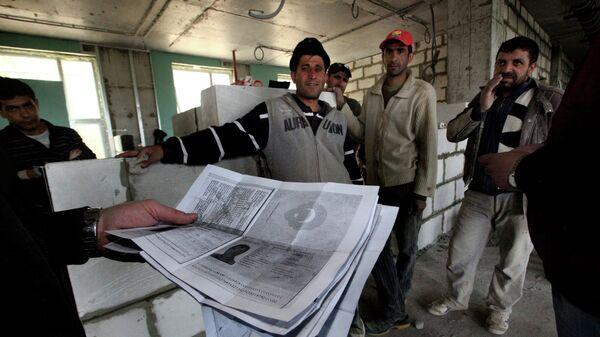 Проверка документов у иностранных рабочих, архивное фото