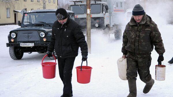 Жители поселка Хову-Аксы несут воду к себе домой, январь 2013