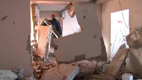 Спасатели разбирают завалы в доме, где после взрыва газа рухнули стены