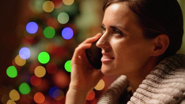 Девушка разговаривает по телефону , архивное фото
