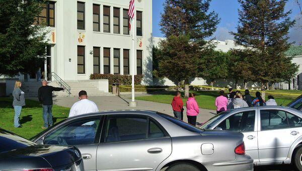 Люди у школы в городе Тафт (Калифорния), где произошла стрельба