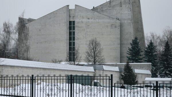 Здание ритуального зала Троекуровского кладбища в Москве. Архивное фото