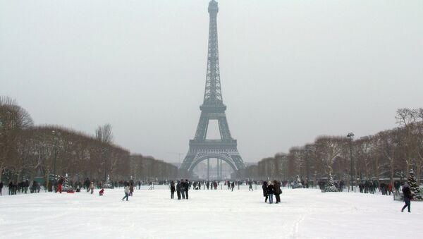 Эйфелева башня в Париже. Архив