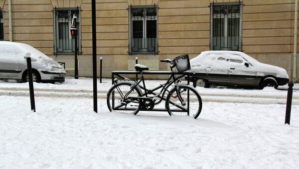Велосипед на улице зимой