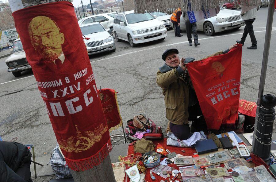 Торговля атрибутикой советского периода в центре Тбилиси