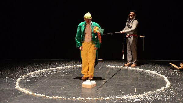 Сцена из спектакля «Очень хрупкий» в «Театриуме на Серпуховке»