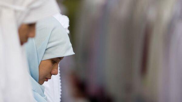 Юные мусульманки во время молитвы. Архив