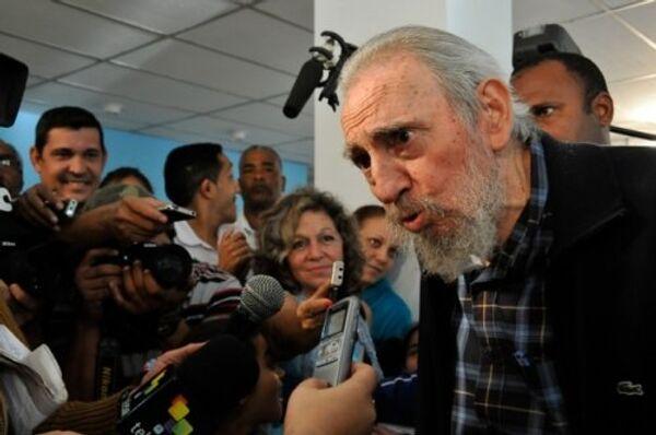 Фидель Кастро общается с избирателями и журналистами
