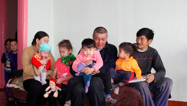 Автомастер Сенди Шолбан (в центре) и дети, которых он спас