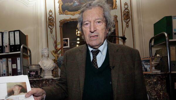 Искусствоведа Жан-Жак Фернье демонстрирует картину Происхождение мира