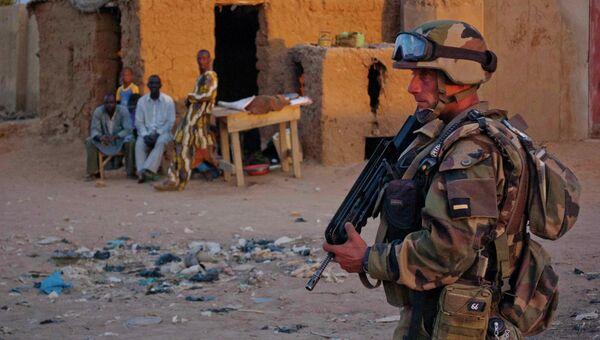 Французский солдат патрулирует город Гао в Мали