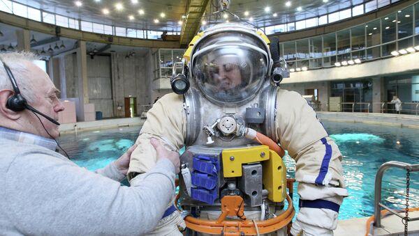 Космонавт Елена Серова на тренировке в гидролаборатории в Звездном городке, архивное фото