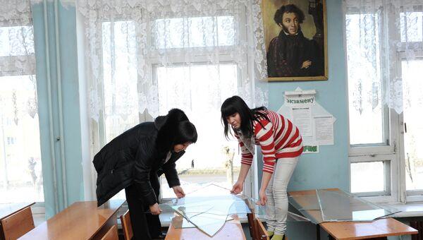 Учащиеся профессионального училища №1 в Челябинске убирают выбитые во время падения космического объекта стекла. Архив