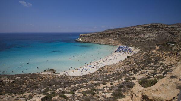 Пляж Рэббит бич на острове Лампедуза близ Сицилии, где погибли беженцы, плывшие в Италию.