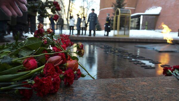 Возложение цветов к Могиле Неизвестного Солдата. Архивное фото