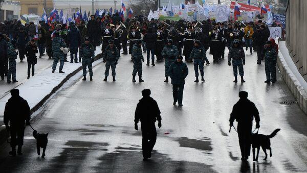 Сотрудники правоохранительных органов во время шествия В защиту детей в Москве