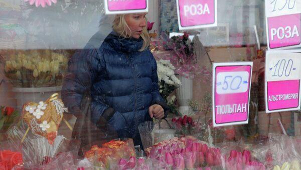 Продажа цветов в преддверии Международного женского дня. Архивное фото
