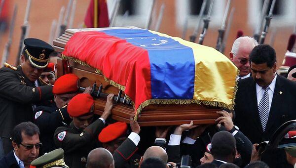 Гроб с телом Чавеса перевозят в Музей революции в Каракасе