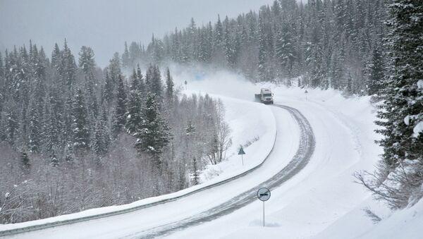 Участок автомобильной дороги во время снегопада. Архивное фото