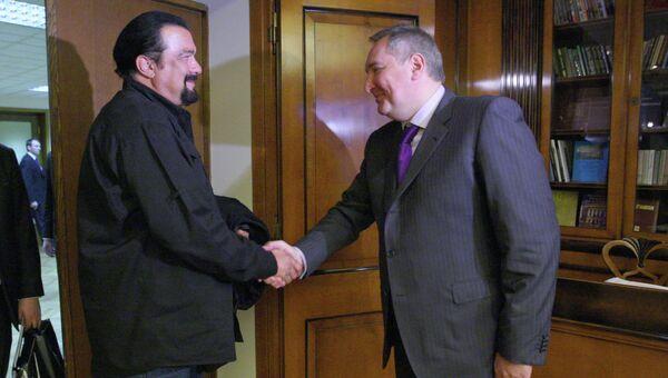 Вице-премьер РФ Дмитрий Рогозин с американским актером Стивеном Сигалом