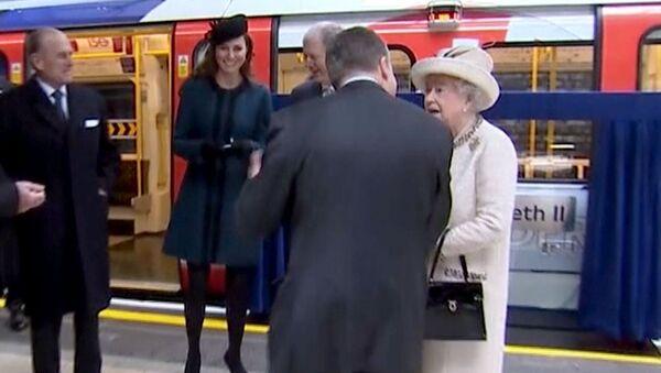Елизавете II и Кейт Миддлтон провели экскурсию по станции лондонского метро