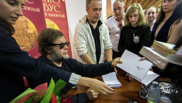 Поэт и музыкант, лидер рок-группы Аквариум Борис Гребенщиков раздает автографы во время презентации своей новой книги Трамонтана