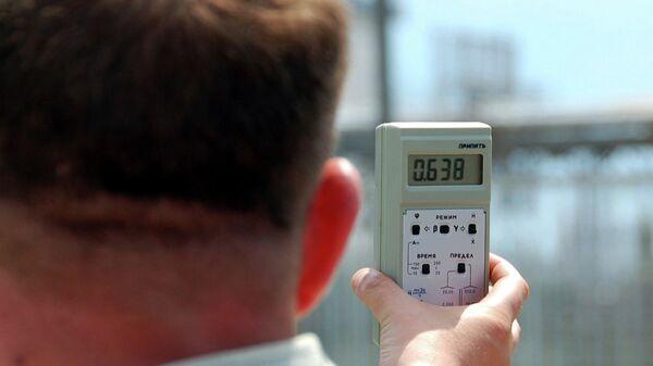Мужчина замеряет уровень радиации