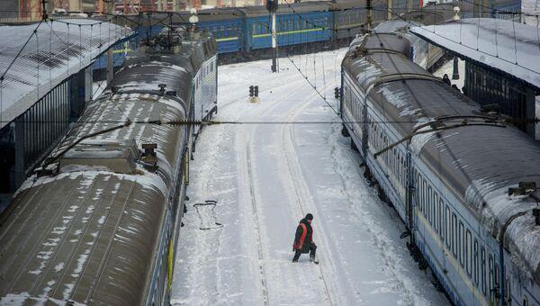 Работник железнодорожного транспорта на вокзале Киева после сильного снегопада
