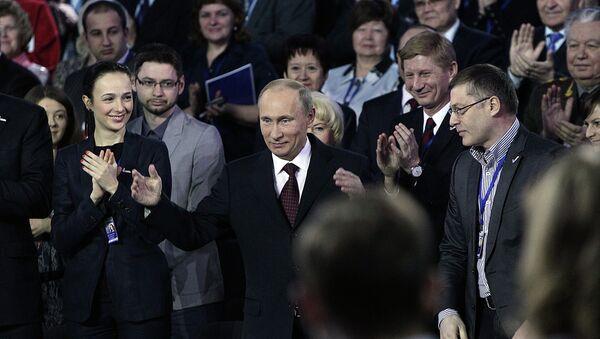 Владимир Путин приветствует собравшихся на конференции Общероссийского народного фронта.