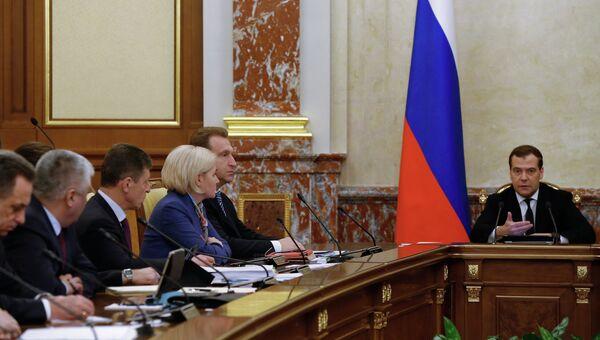 Премьер-министр РФ Дмитрий Медведев (справа) проводит заседание кабинета министров РФ в Доме правительства РФ