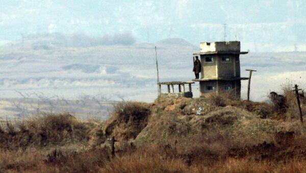 Северокорейский солдат стоит на посту возле демилитаризованной зоной между Южной Кореей и КНДР