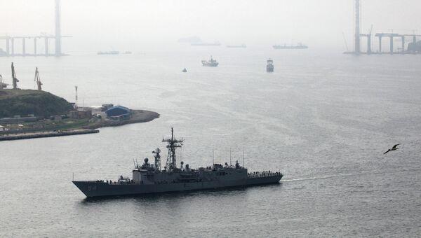 Ракетный фрегат Форд военно-морских сил США заходит в бухту Золотой Рог во время визита на главную базу Тихоокеанского флота. Архивное фото