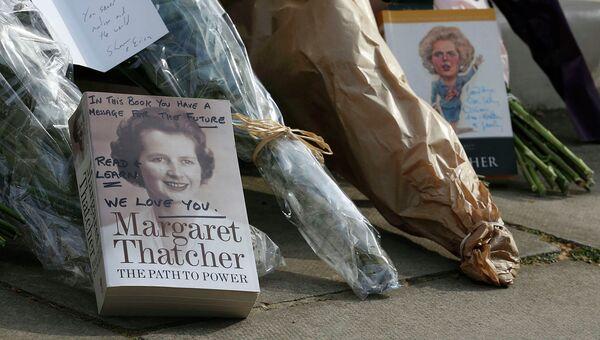 Книги и цветы у дома Маргарет Тэтчер в Великобритании