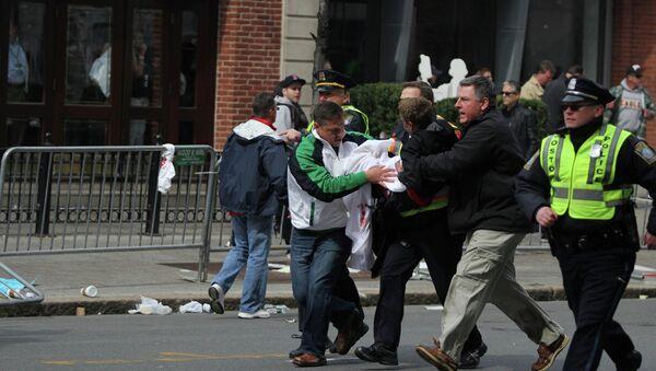 Помощь пострадавшим от взрыва у финишной линии Бостонского марафона