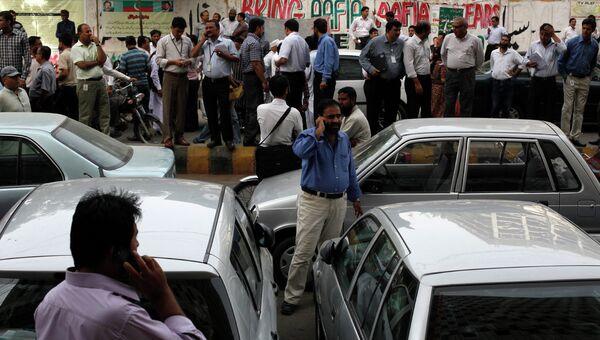 Офисные работники покинули здания в пакистанском г. Карачи после землетрясения в Иране