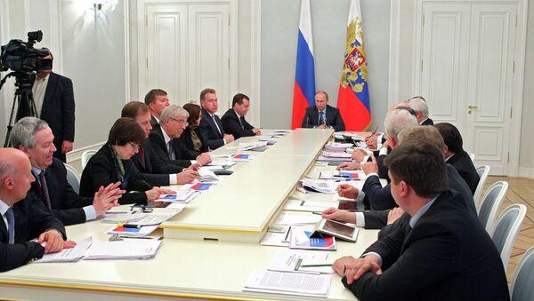 В.Путин во время совещания по экономическим вопросам в государственной резиденции Бочаров ручей в Сочи
