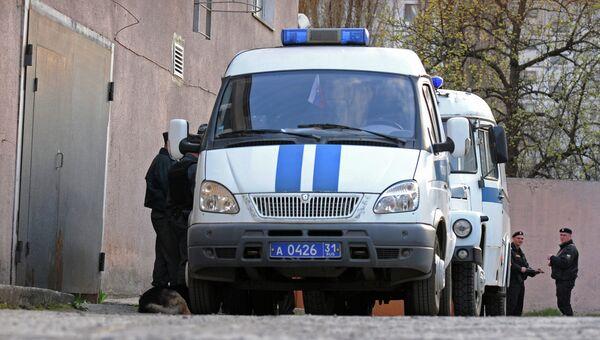 Сотрудники правоохранительных органов дежурят возле здания Свердловского районного суда в Белгороде, где находится Сергей Помазун