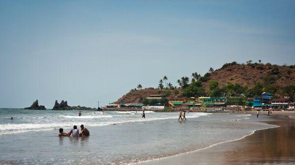 Туристы на пляже в ГОА, Индия