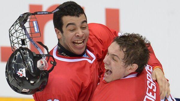 Хоккеисты юниорской сборной Канады радуются победе