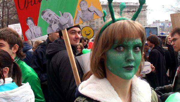 Танцами и яркими нарядами отметили юбилейную Монстрацию в Новосибирске