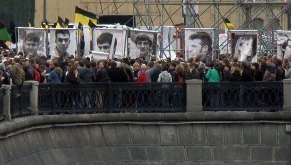 Митинг на Болотной: оппозиция в грузовике и цветы на месте гибели рабочего