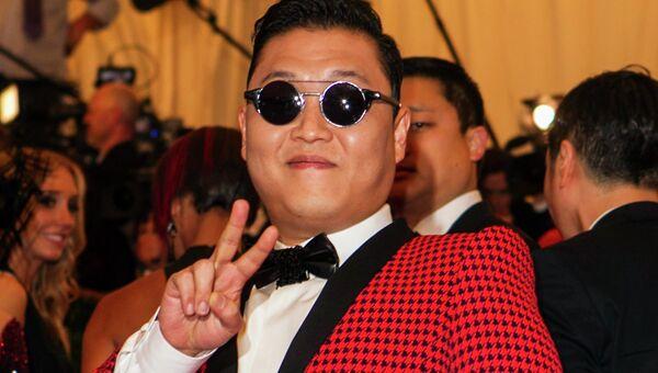 Южнокорейский певец PSY на Балу Института Костюма в Нью-Йорке