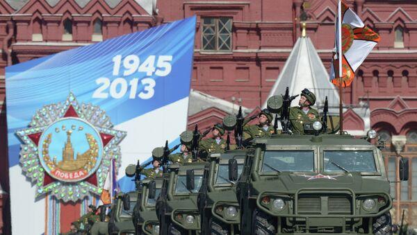 Бронированные автомобили Тигр во время парада на Красной площади