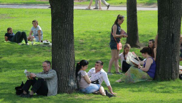 Горожане отдыхают в Александровском саду в Москве