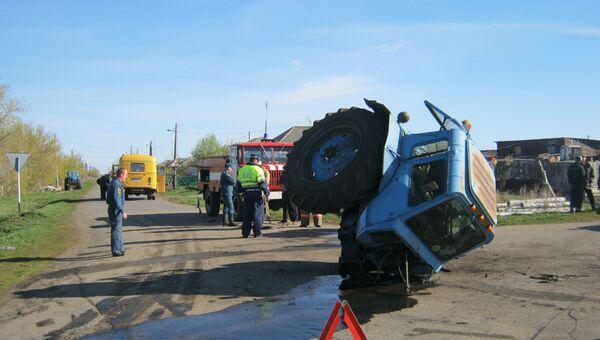 Школьный автобус и трактор столкнулись в Курганской области