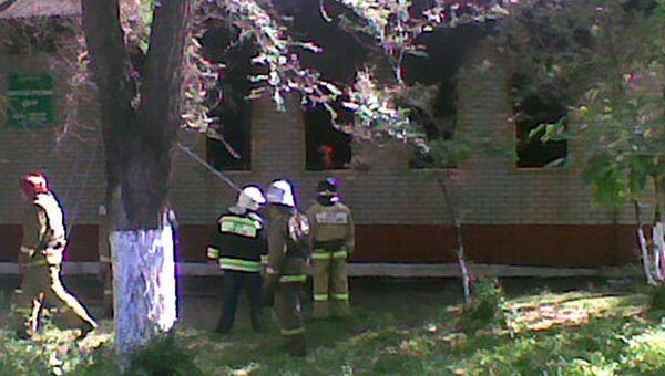 Сотрудники МЧС работают на месте пожара на территории поликлиники в городе Энгельс Саратовской области