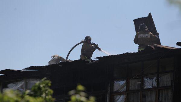 Сотрудники пожарной службы МЧС РФ ликвидируют пожар в жилом доме на улице Чехова в городе Сочи