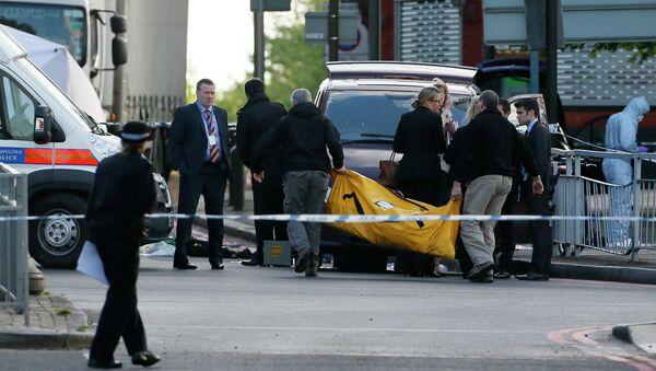 Полиция работает на месте убийства военнослужащего в Лондоне