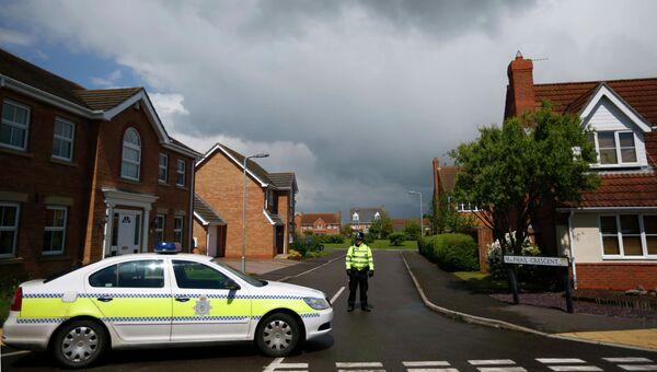 Сотрудник полиции дежурит недалеко от места преступления в Лондоне